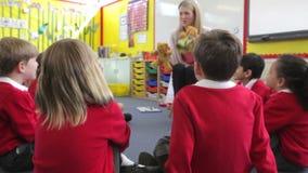 Élèves de With Elementary School de professeur dans la leçon clips vidéos