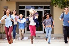 Élèves de lycée célébrant la fin du terme Photos libres de droits