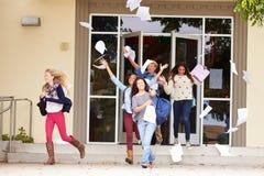 Élèves de lycée célébrant la fin du terme Photo stock