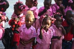 Élèves du cours préparatoire dans Robillard rural, Haïti Image stock