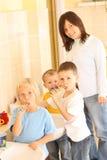 Élèves du cours préparatoire et dents blanches photos stock