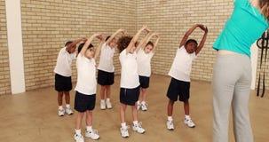 Élèves et professeur pendant la leçon de sports clips vidéos