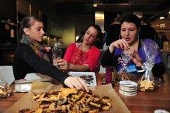 Élèves faisant des biscuits cuire au four Image stock
