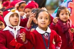 Élèves inconnus pendant la leçon de danse à l'école primaire Images stock