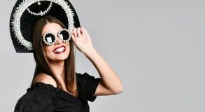 Élégance et type Portrait de studio de jeune femme magnifique dans peu de robe noire posant sur le fond jaune photographie stock