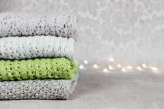 Élégant a tricoté les chandails colorés en pastel et un dans la couleur à la mode du ressort et de l'été de 2019 fois dans la pil images stock