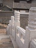 Élément chinois de pont avec un modèle sur un fond des tours Photo libre de droits