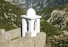 Élément chrétien architectural au bord d'une cour grecque de monastère photographie stock libre de droits