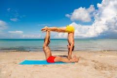 Élément d'Acroyoga pour la force et l'équilibre photo stock