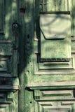 Élément d'architecture Une vieille porte en bois verte avec une boîte aux lettres Photos libres de droits