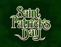 Élément de inscription d'or de salutations de jour de St Patricks sur le fond vert illustration libre de droits