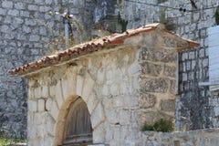 Élément de la barrière en pierre Voûte au-dessus de la porte image stock