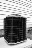 Élément de refroidissement de pompe de climatiseur à l'extérieur du bâtiment Photographie stock