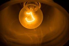 Élément rougeoyant d'une ampoule incandescente photos stock