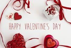 Éléments élégants d'amour de coeur sur le fond blanc, valentine heureuse Photos libres de droits