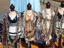 Éléments antiques de jewelery sur des figurines Images stock
