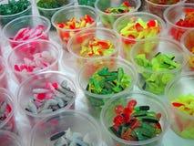 Éléments colorés abstraits dans la boîte en plastique, Photographie stock libre de droits
