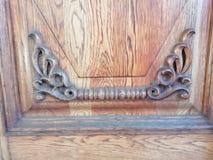 Éléments d'un ornement en bois des portes du bâtiment photos stock