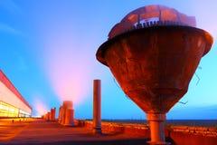Tuyaux d'usine avec l'illumination de nuit Image libre de droits