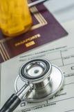 Éléments de base de médecine à voyager à l'étranger, image conceptuelle photographie stock libre de droits