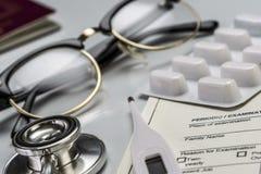 Éléments de base de médecine à voyager à l'étranger, image conceptuelle photos stock