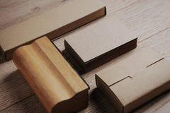 Éléments de bureau sur la table en bois horizontal Images libres de droits