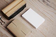 Éléments de bureau sur la table en bois horizontal Photos stock