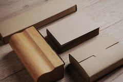 Éléments de bureau sur la table en bois horizontal Image stock