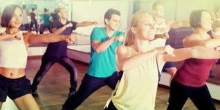Éléments de danse de zumba de personnes heureuses dans le hall de danse photo libre de droits