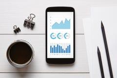 Éléments de graphiques et de diagrammes sur l'écran intelligent de téléphone Image stock