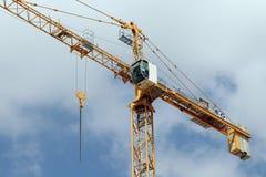 Éléments de grue à tour sur le chantier Image libre de droits