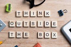 Éléments de jeu sur la séance de réflexion en bois d'orthographe de table et l'idée de pensée créative Photographie stock