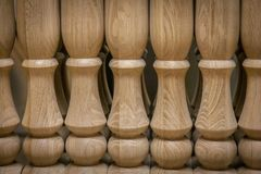 Éléments des escaliers en bois Balustres de chêne Production des escaliers en bois images stock