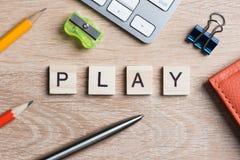 Éléments des mots d'orthographe de jeu d'éducation sur la table en bois de bureau Images libres de droits