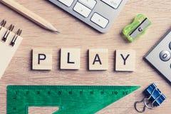 Éléments des mots d'orthographe de jeu d'éducation sur la table en bois de bureau Photo stock