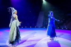 Éléments du numéro trois de cirque (patinant sur des échasses) Photographie stock libre de droits