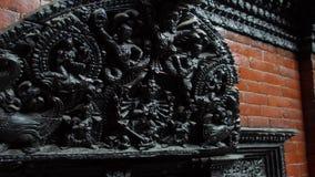 Éléments en bois découpés dans l'architecture traditionnelle népalaise Décor de construction local authentique au Népal banque de vidéos