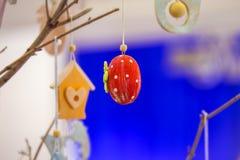 Éléments en bois faits main colorés de Pâques : oeufs, lapins, poussin Pâques lumineuse, résumé, fond brouillé Arbre de Pâques Photos libres de droits