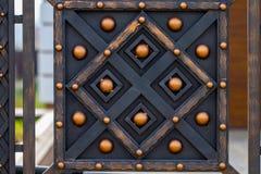 Éléments en fer forgé fleuris de décoration de porte en métal photographie stock libre de droits