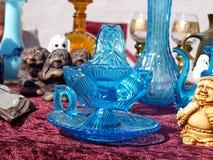 Éléments en verre bleus sur un marché aux puces Photographie stock libre de droits