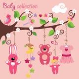 Éléments nouveau-nés pour le bébé accrochant sur l'arbre Images libres de droits