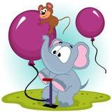Éléphant gonflant le ballon avec la souris Photos libres de droits