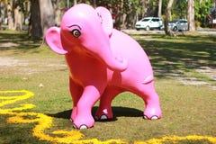 éléphant rose dans un modèle Photos stock