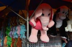 Éléphant rose suspendu à la foire régionale Photos stock