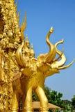 Éléphants d'or sur un mur de temple de la Thaïlande Photographie stock