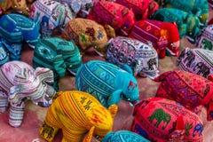 Éléphants de tissu de souvenir à un marché de nuit dans Luang Prabang, Laos Photo stock