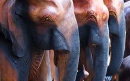 Éléphants en bois découpés Photo libre de droits