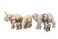 Éléphants miniatures de jouet sur le fond blanc Photo stock