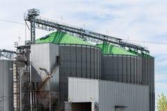 Élévateur à grains dans la zone agricole photographie stock