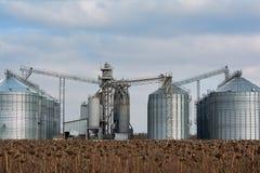 Élévateur à grains dans la zone agricole Grenier avec le matériel mécanique pour recevoir, nettoyage, séchant, expédition de grai images libres de droits